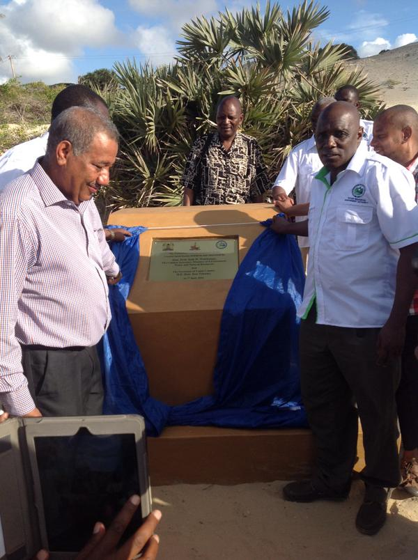 The former Governor-Lamu County, Mr. Issa Timamy unveiling the Plaque as the former NLC Chairman, Mr. Mohamed Swazuri and the WRA Board of directors look on, during the Launch of the Protection and Conservation of the Coastal Sand Dunes on April 7th, 2015 at Lamu Island, Shella Beach